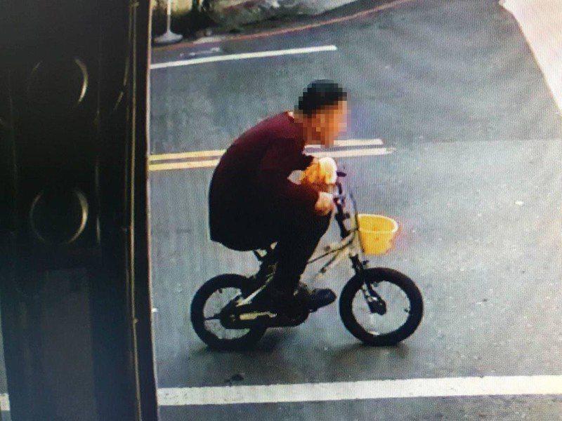 小偷人高馬大卻縮在一輛兒童車上,模樣看來相當滑稽。圖擷自facebook