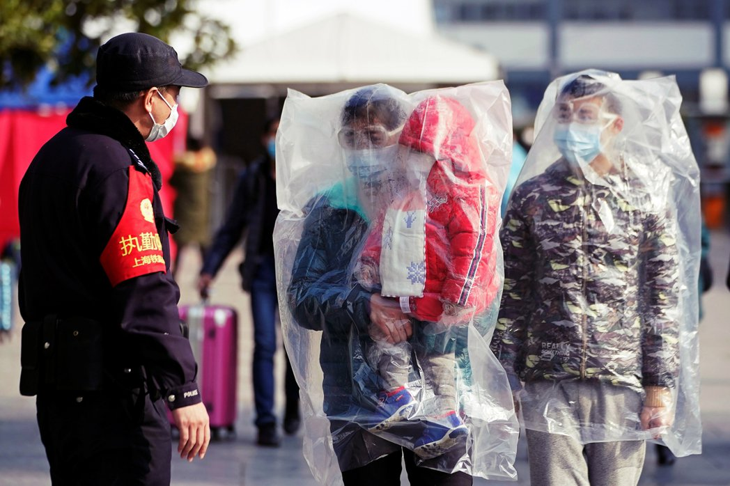 圖為2月9日的上海火車站,針對民眾出入進行管控。伴隨著許多城市的封城政策,對於物...