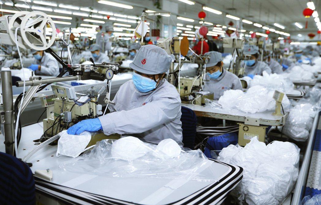 根據中國工業與信息化部的資料,整個中國口罩產業鍊的產能全開,一天約能生產出2,0...