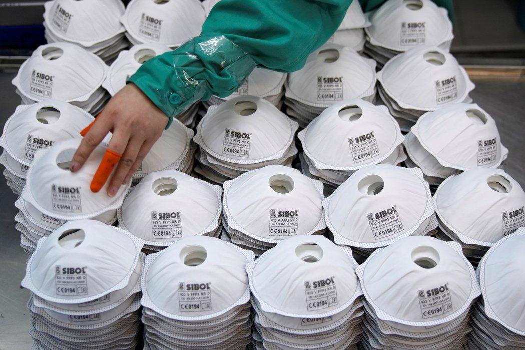 中國國務院在2月12日的記者會上,就釋出「口罩產能大躍進」的訊息——強調口罩生產...