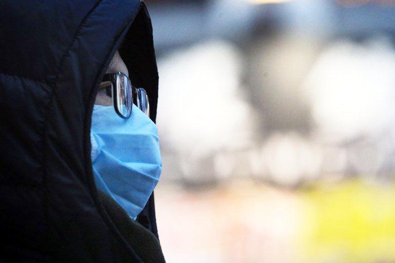 只有透過一次次的傳染病威脅,我們才在「勇敢不戴口罩」與「無時不離口罩」之間,蹣跚地學習如何與病毒相處。 圖/聯合報系資料照