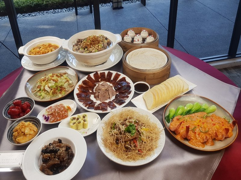 新店安坑地區的一家飯店業者,推出了外送美食專案,讓民眾不出門就能享用到五星級美食。 圖/大新店有線電視提供