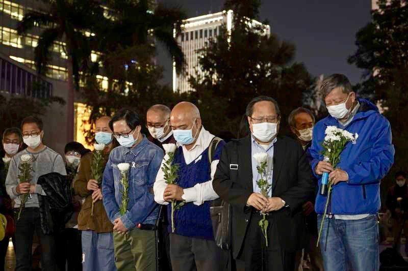 中國民間自發悼念李文亮醫師去世。美聯社