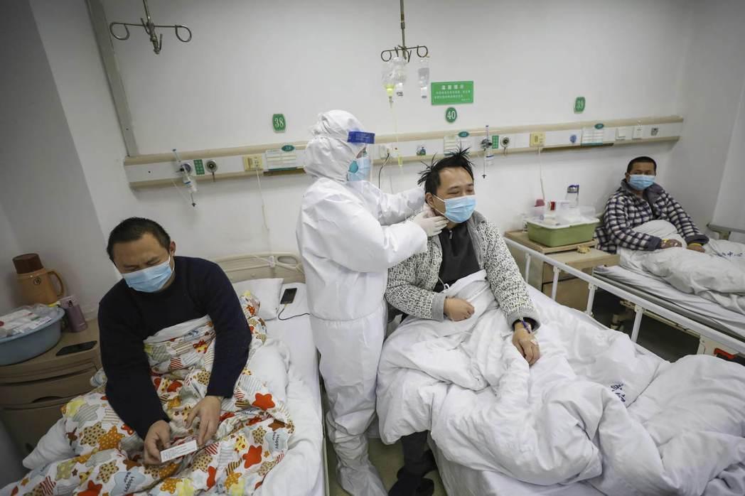 武漢一家醫院的醫護人員正在照料新冠肺炎病患。美聯社