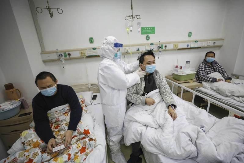 武漢一家醫院的醫護人員正在照料新冠肺炎病患。 美聯社