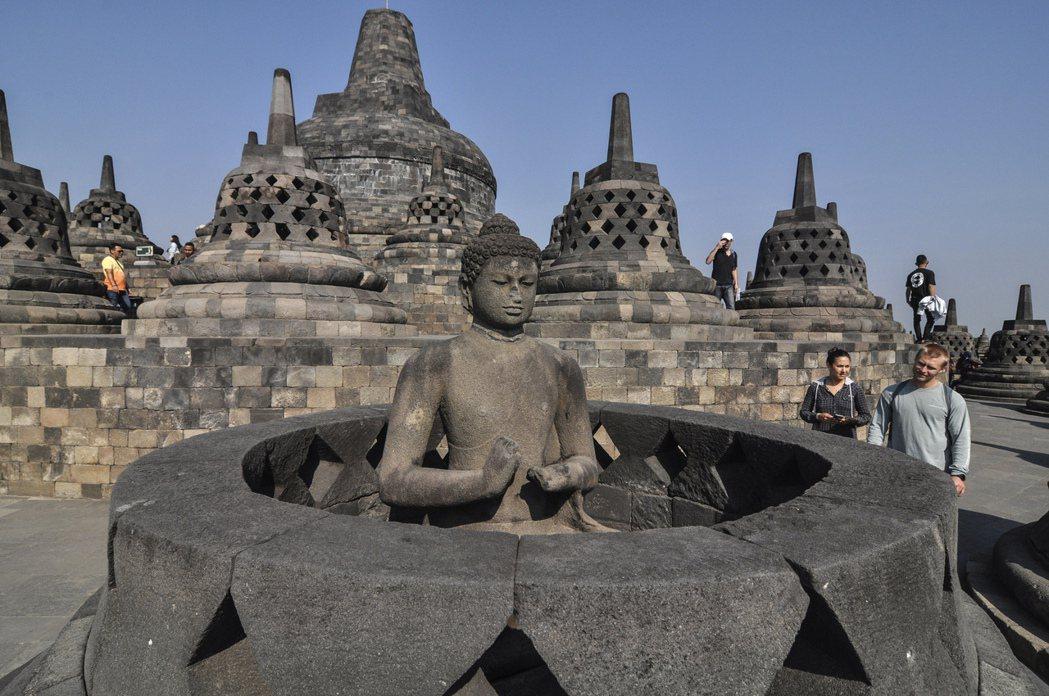 外國觀光客造訪位於印尼爪哇島中部的婆羅浮屠寺廟(Borobudur Temple...