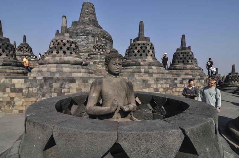 外國觀光客造訪位於印尼爪哇島中部的婆羅浮屠寺廟(Borobudur Temple)。  美聯社