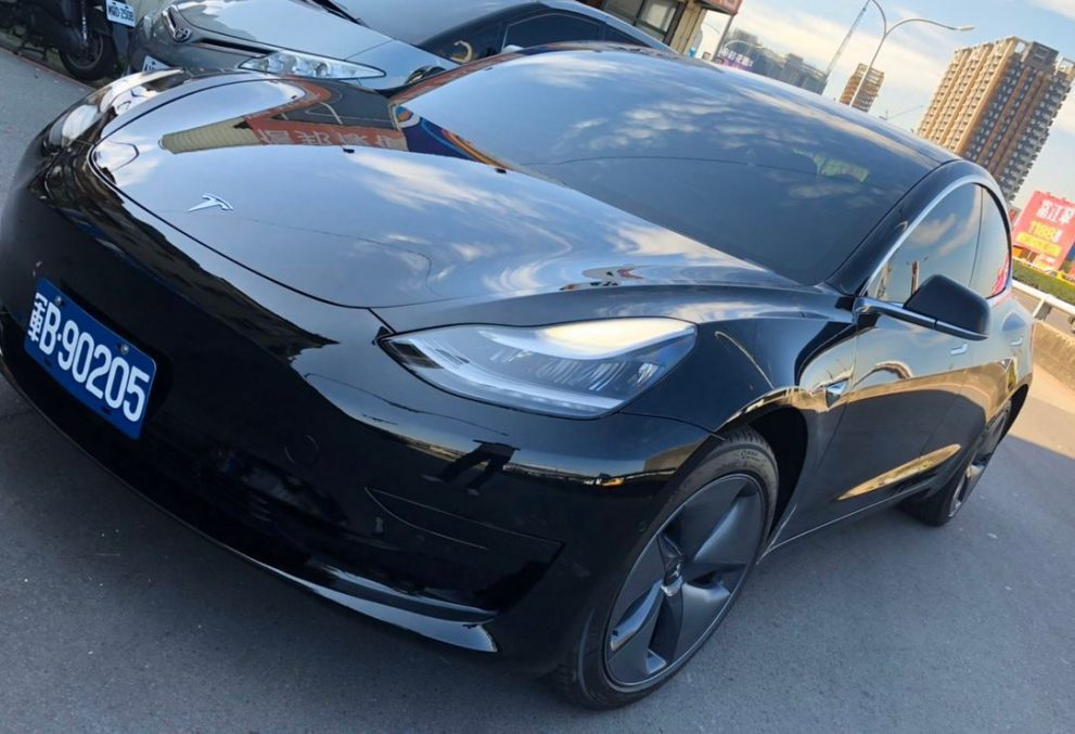 特斯拉台灣官網刊登專文披露憲指部接收的黑色特斯拉Model 3新車。圖/台灣特斯...