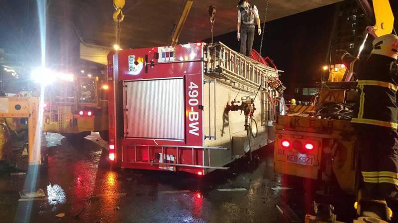 昨晚10點左右,高市消防局鳳祥分隊水箱車在鳳山區鳳頂路與過埤路口與一輛曳引車擦撞,水箱車翻覆,車上1死4人輕重傷。記者徐白櫻/翻攝