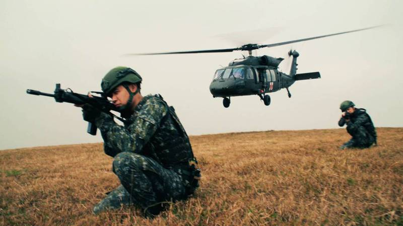 空軍救護隊使用30餘年的S-70C-1型直升機,在國防部移撥陸軍15架UH-60M後,於2月14日達到完全作戰能力(FOC)。空軍原訂今公開舉辦成軍典禮並邀請媒體採訪,因顧及現今社會氣氛而取消,聯合報於107年空軍初接裝UH-60M時,已採訪救護隊黑鷹在高山與海域進行的換裝訓練,更獨家空拍S-70C-1與UH-60M比翼飛行的歷史畫面。記者徐宇威攝影