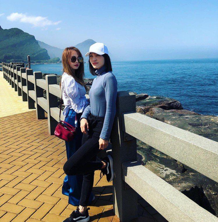 蔡依林和姐姐蔡旻紋在情人節去海邊騎單車,她配襯LOEWE經典的Puzzle mi...