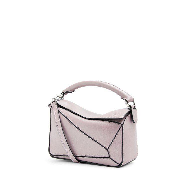 Puzzle mini冰粉色珍珠光澤小牛皮肩背提包,售價67,000元。圖/LO...