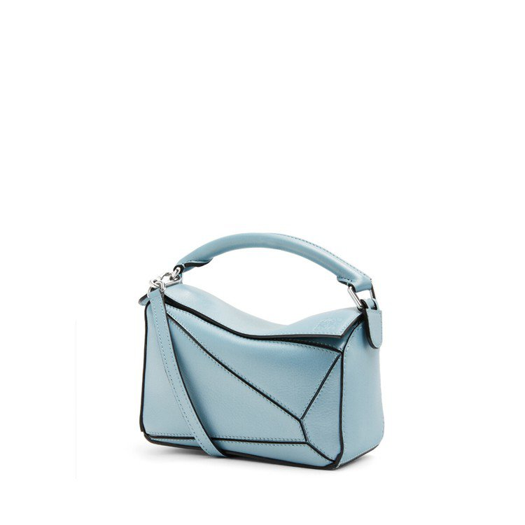 Puzzle mini粉藍色珍珠光澤小牛皮肩背提包,售價67,000元。圖/LO...