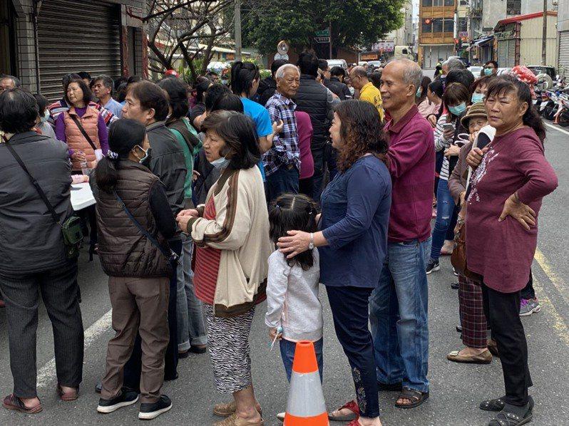 排隊領口罩者都以上了年紀或小孩為主,除非是代家人領,否則很少年輕人,他們都會禮讓較需要的老人小孩優先,讓人看到台灣人在防疫當頭,感人與溫馨的一面。記者羅建旺/攝影
