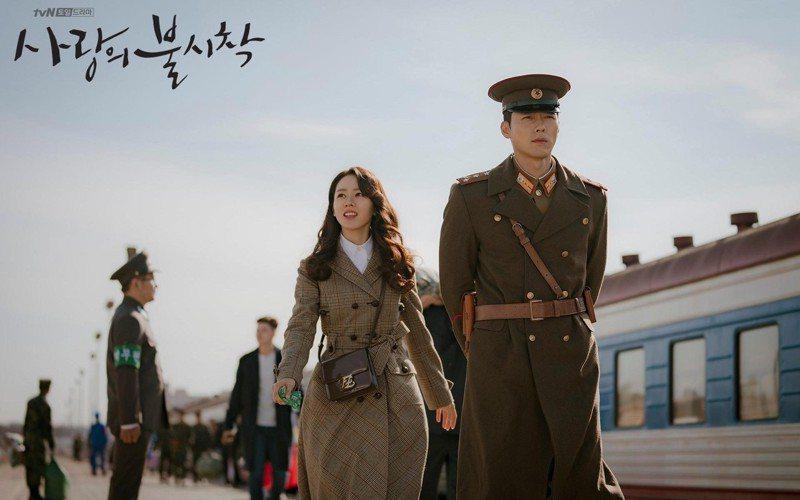 孫藝真在「愛的迫降」選背FENDI Karligraphy包款,店櫃詢問度暴增。圖/取自tvN官方IG