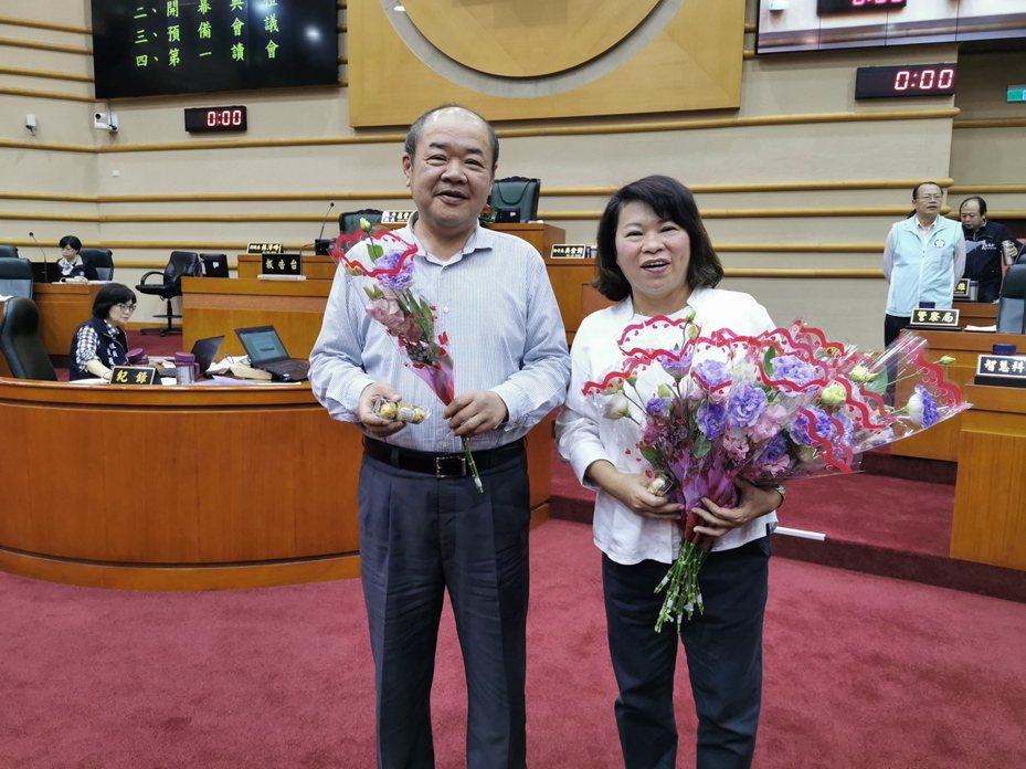 嘉義市長黃敏惠今天贈送議長莊豐安花束丶巧克力,祝福大家情人節快樂。記者卜敏正/攝影