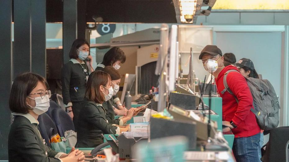 圖為防疫期間,桃園國際機場視察工作人員都戴上口罩。 報系資料照