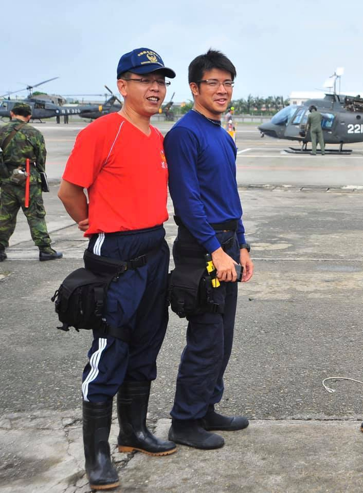 馮永昌(左)與賴統生(右)兩人皆有參與八八風災救難任務,圖為當時在台南歸仁基地準備出勤救災的檔案照片。記者徐白櫻/翻攝
