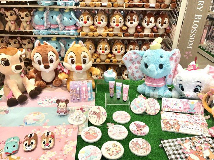 迪士尼櫻花季期間限定店各式周邊。記者江佩君/攝影