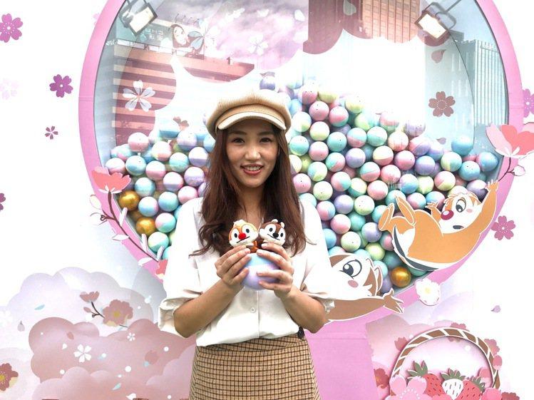 迪士尼櫻花季期間限定店台北店,奇奇蒂蒂主題大型扭蛋機。記者江佩君/攝影