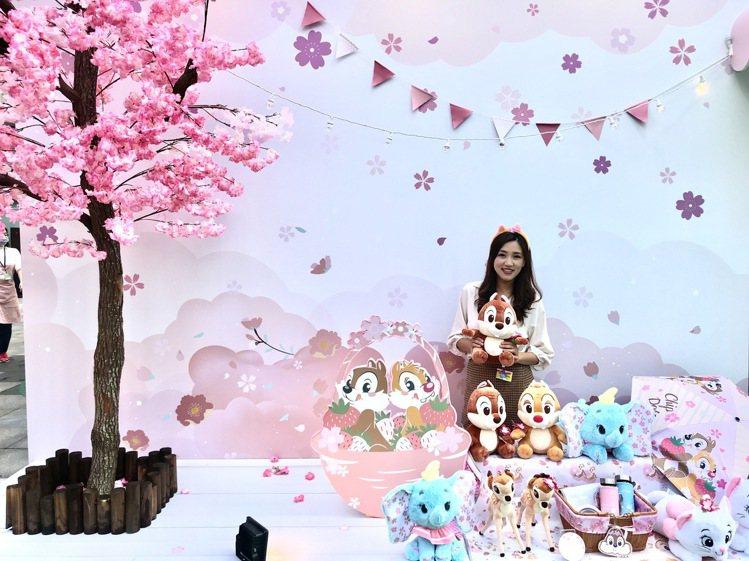 迪士尼櫻花季期間限定店台北店,以奇奇蒂蒂櫻花野餐為主題。記者江佩君/攝影