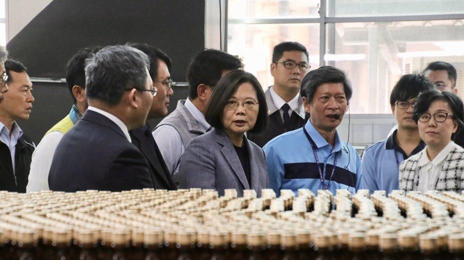 蔡英文總統下午到台南視察台酒隆田酒廠防疫酒精生產情況。記者林敬殷/攝影