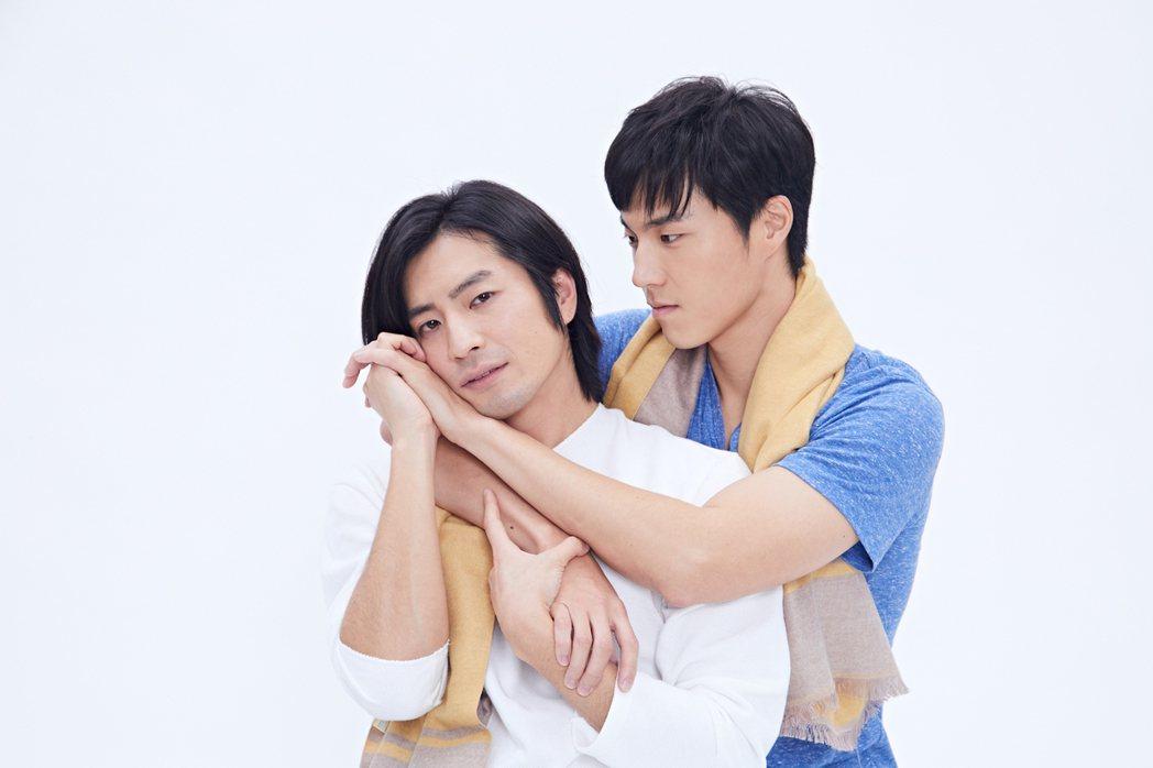 福地祐介(左)、唐振剛演出舞台劇「偽婚男女」。圖/故事工廠提供