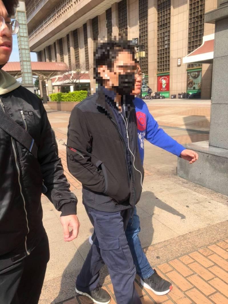 今天上午10時許,正在公車站牌熟睡的汪嫌,仍被萬華分局一名警專36期剛畢業的邱姓菜鳥刑警鷹眼逮獲。記者李隆揆/翻攝