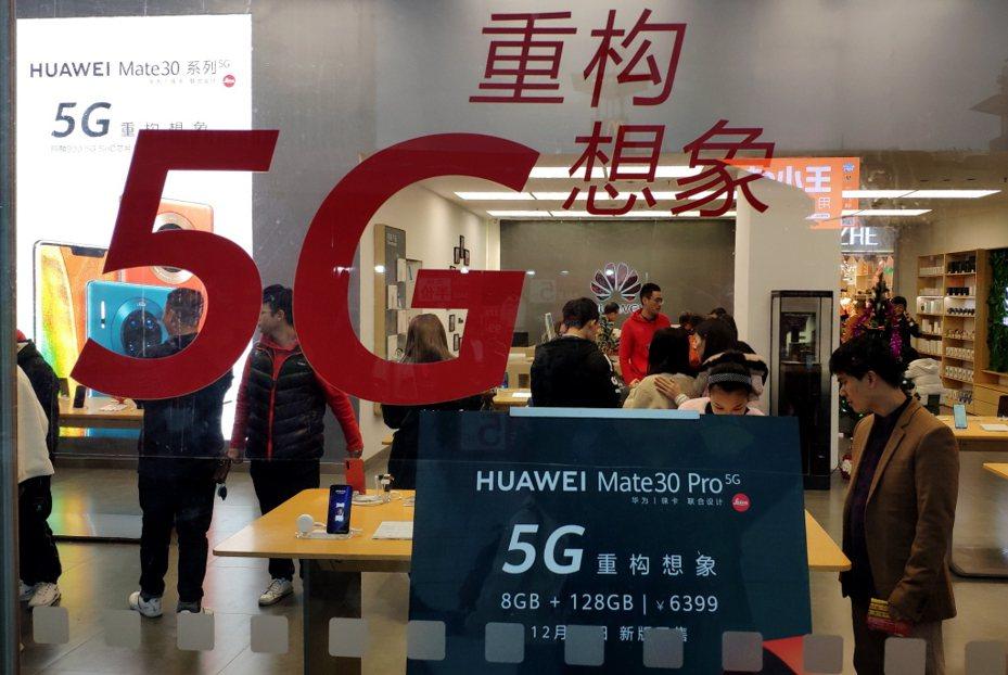 受疫情衝擊,今年首季中國智慧手機銷量將下降2成以上,尤其占中國市場6成以上的華為,衝擊最大。本報資料照片