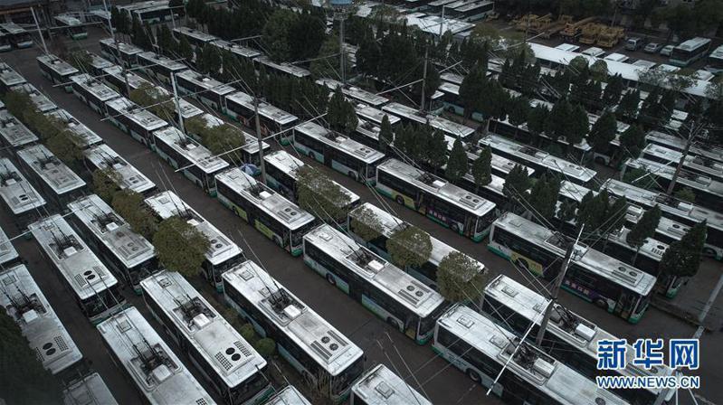 大陸各地為控制新冠肺炎疫情均實施嚴格的人車往來限制,圖為武漢因公共運輸停擺大量公車停在武昌區一處停車場上。 新華社
