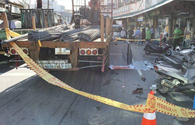 屏東縣萬丹鄉昨天清晨傳車禍,機車騎士傷重不治。圖/讀者提供