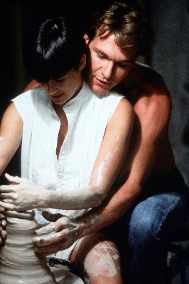 山姆與陶藝家女友莫莉手指交疊拉坏。捷傑提供