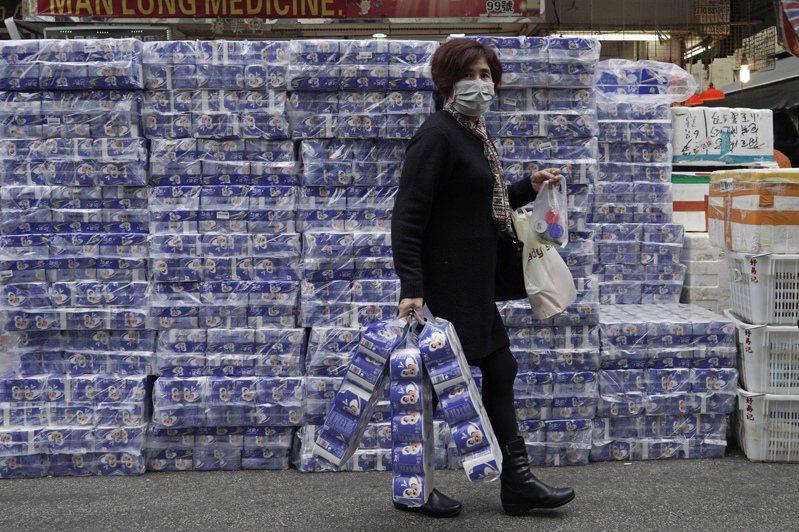 新冠肺炎疫情恐慌蔓延,衛生紙、口罩等民生用品成為香港、新加坡民眾的送禮首選。  美聯社