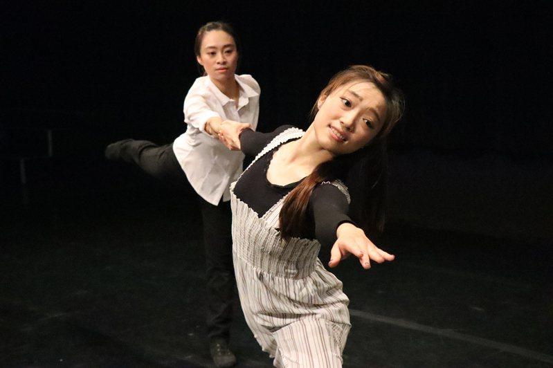 高雄市文化局特別找來即興舞者,搭配濃情的文字朗讀,拍短片向市民朋友推薦《生命中的美好缺憾》。圖/高雄市文化局提供
