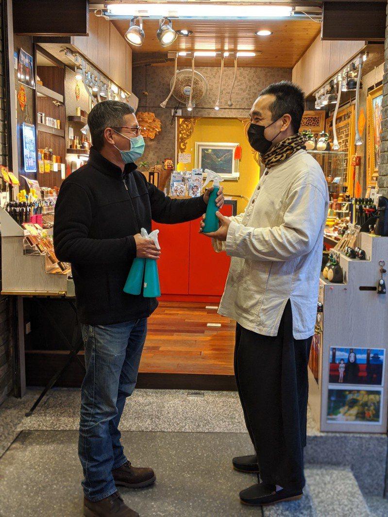 九份老街商圈業者用次氯酸水,在店內自行消毒。圖/九份老街商圈提供