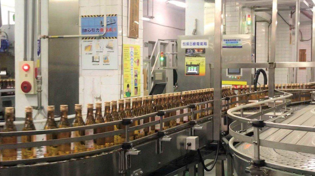圖為台南隆田酒廠目前全力製造300cc小瓶裝75%殺菌酒精,因應疫情需求。 聯合...