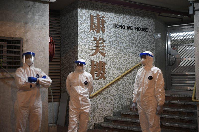 2月11日凌晨,香港長康邨康美樓傳出疑似社區感染,港府連夜撤離該大樓居民,接受檢疫。(香港中通社)