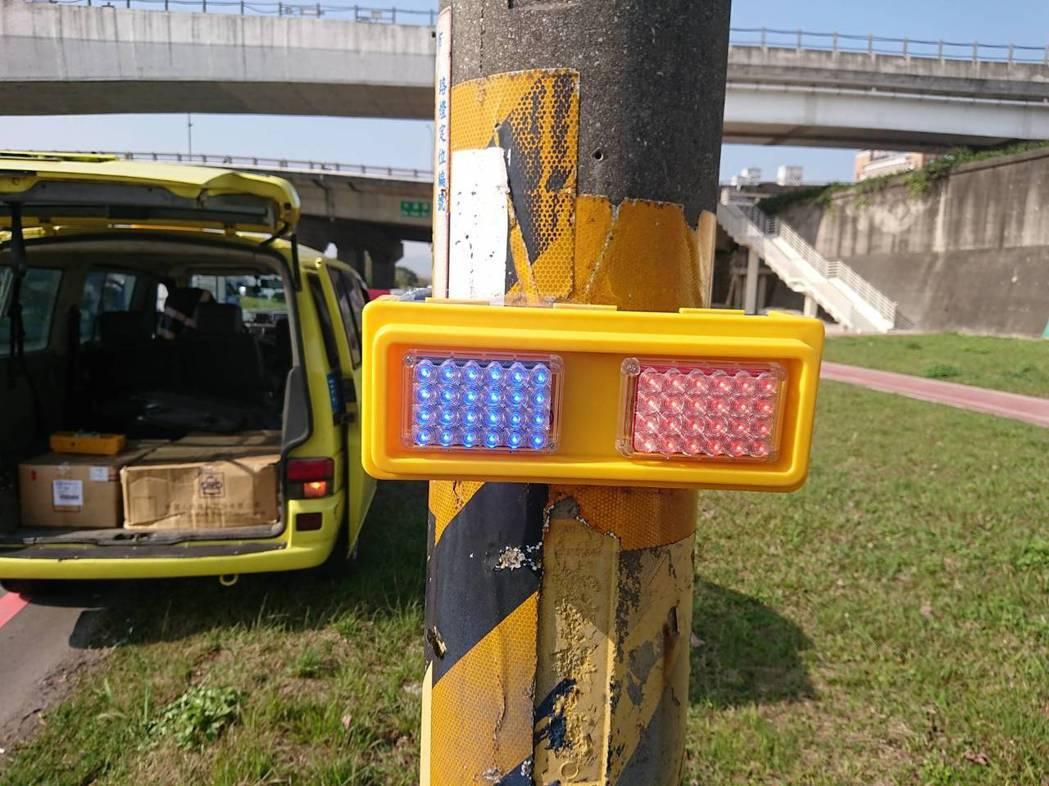 爆閃警示燈發出的藍、紅色燈光,能讓駕駛人在夜間注意並減速慢行,避免因車速過快發生...