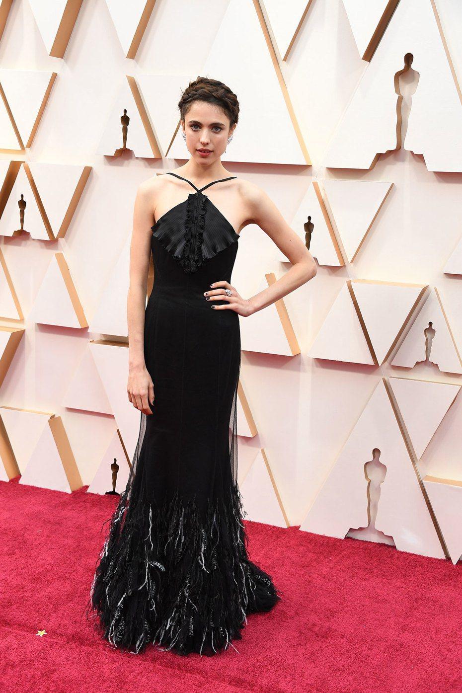 星二代的瑪格麗特庫利(Margaret Qualley),因演出「從前,有個好萊塢」受到多方關注,並在紅毯時配戴了CHANEL珠寶。圖╱CHANEL提供。