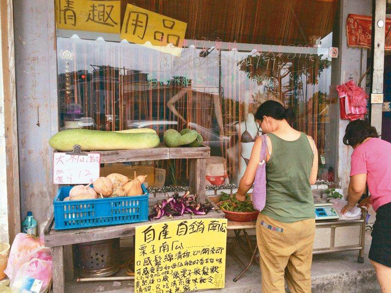 在台九線上的情慾用品店,門外菜攤展售老闆自栽的新鮮瓜果。 圖/陳怡如