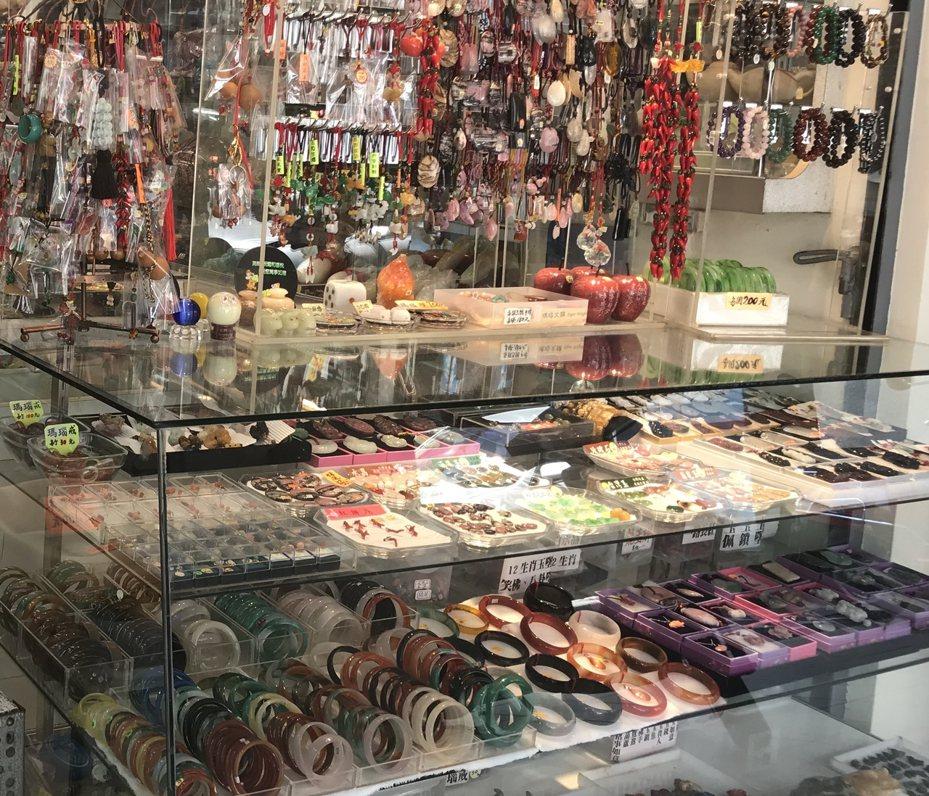 花蓮市區有不少藝品店,玉石產品甚受陸客、東南亞遊客喜愛。圖/資料照片、非當事店家。