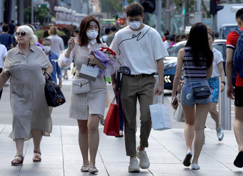 新加坡民眾戴口罩慶祝情人節。路透