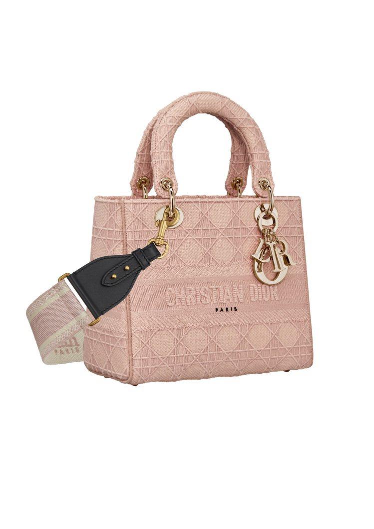 Lady D-Lite粉色籐格紋刺繡帆布中型提包,售價14萬元(圖示背帶另購33...