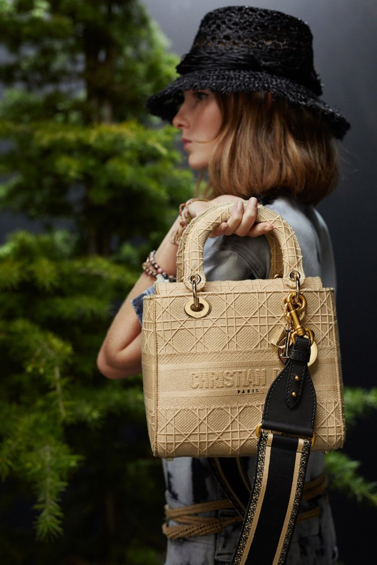 2020春夏單品有著手做與工藝的溫煦,也延續到Lady D-Lite手袋的設計。...