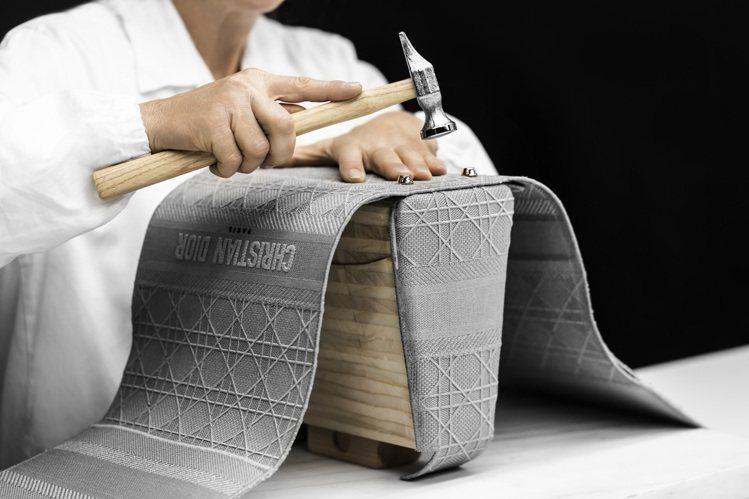 Lady D-Lite於木製模具上的獨到組裝技法,讓包款表層更耐磨。圖/DIOR...