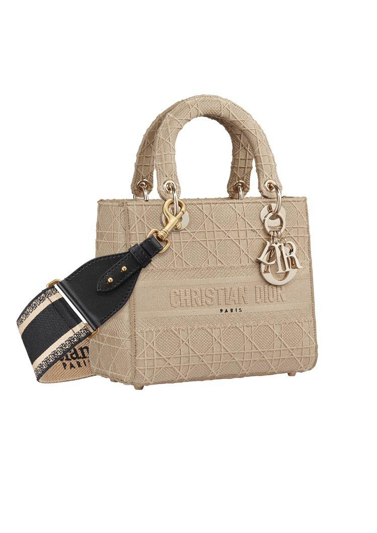 Lady D-Lite米色籐格紋刺繡帆布中型提包,售價14萬元(圖示背帶另購33...