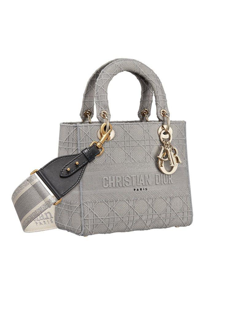 Lady D-Lite石灰色籐格紋刺繡帆布中型提包,售價14萬元(圖示背帶另購3...