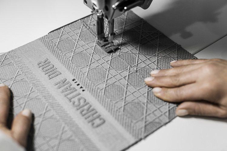層疊縫繡的Lady D-Lite展現如同建築的立體線條。圖/DIOR提供