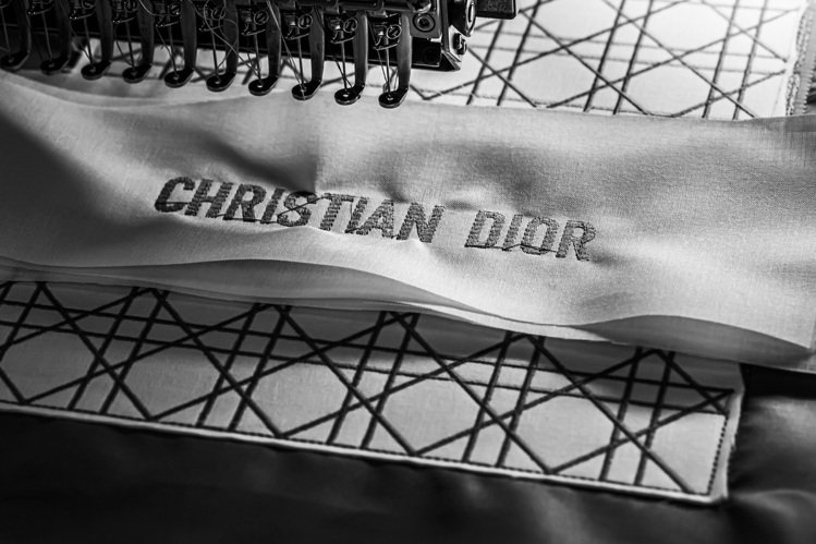 包身以繡上Christian Dior品牌名稱設計。圖/DIOR提供