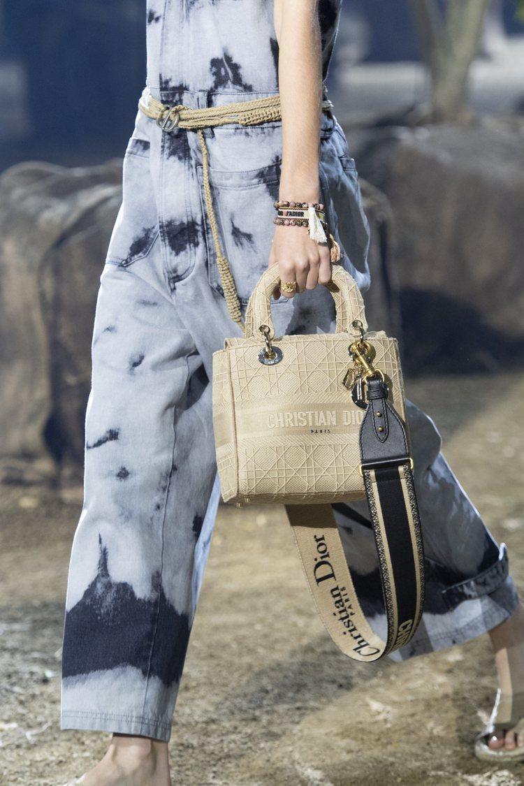 Lady D-Lite手袋於2020春夏大秀上發表。圖/DIOR提供